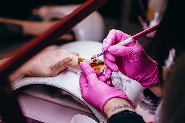 manicure żelowy czy hybrydowy